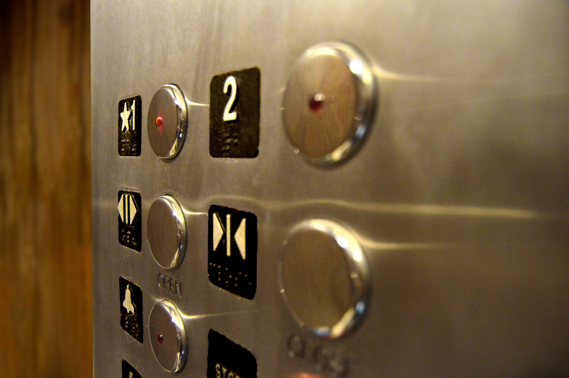 В Москве начали производить лифты с системой бесконтактного управления